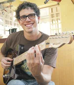 Filho de Beto, Ian toca na banda do pai e também se dedica à fabricação de instrumentos: tradição e vocação familiar mantidas(foto: João Carlos Martins)