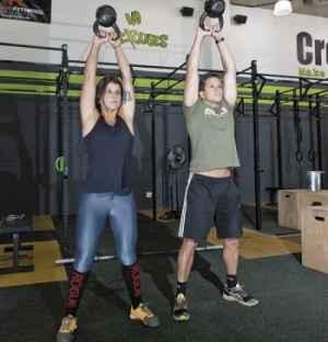 A jornalista Fernanda Lassi treina com Cadu Vidal, da CrossFit BH: ela abandonou de vez as academias tradicionais pelo esporte(foto: Samuel Gê)