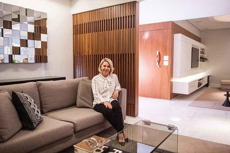 Angela Maria Pereira usou a peça como divisória, para separar a sala do corredor que leva aos quartos:
